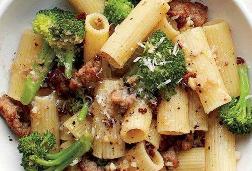 Brócoli con rigatoni y salchichas